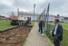 Započelo uređenje nogometnog igrališta u Otočcu