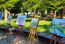 U gradskom parku otvorena izložba radova 15. Likovne kolonije LIKOM GACKE