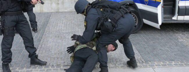 U Otočcu drski napad na policajce. Napali ih umirovljeni policajci?